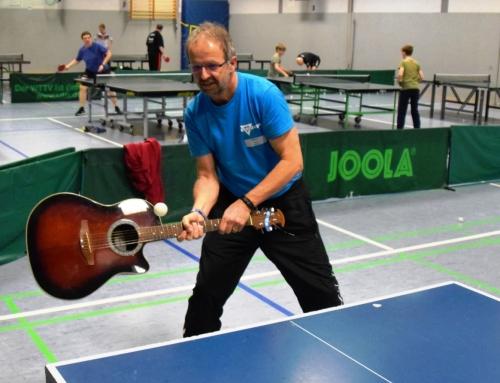 Golftraining und Gitarre als Tischtennisschläger